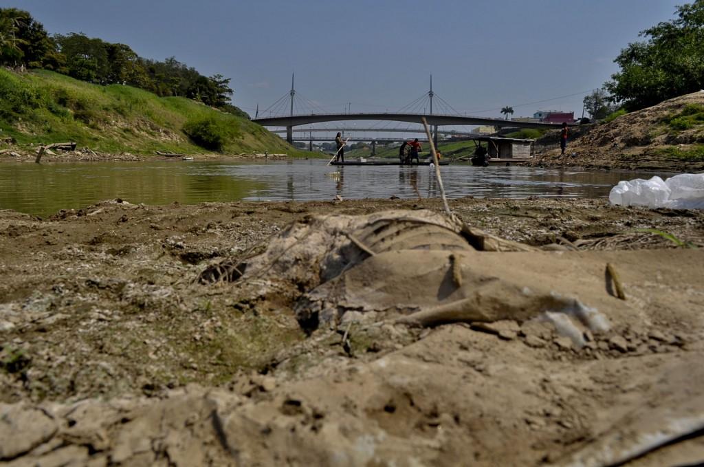 Leito do rio Acre apresenta bancos de areia e poluição (Foto: Odair Leal/Amazônia Real)