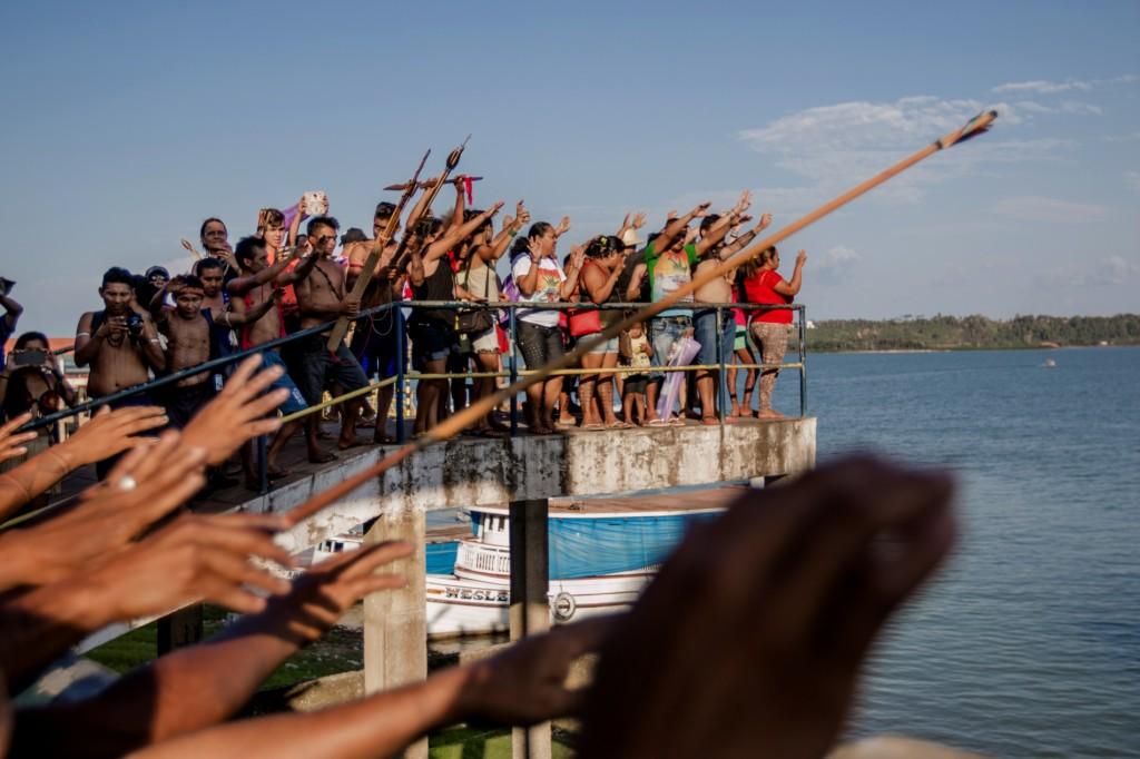 Um abraço no Rio Tapajós, no Oeste do Pará (Foto: Ana Mendes/Amazônia Real)