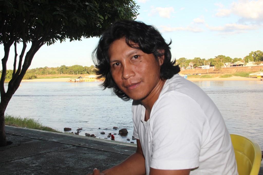 Ewésh Yawalapiti na beira do rio Araguaia, em Barra do Garças. (Foto: Marcelo Carnevale/Amazônia Real)