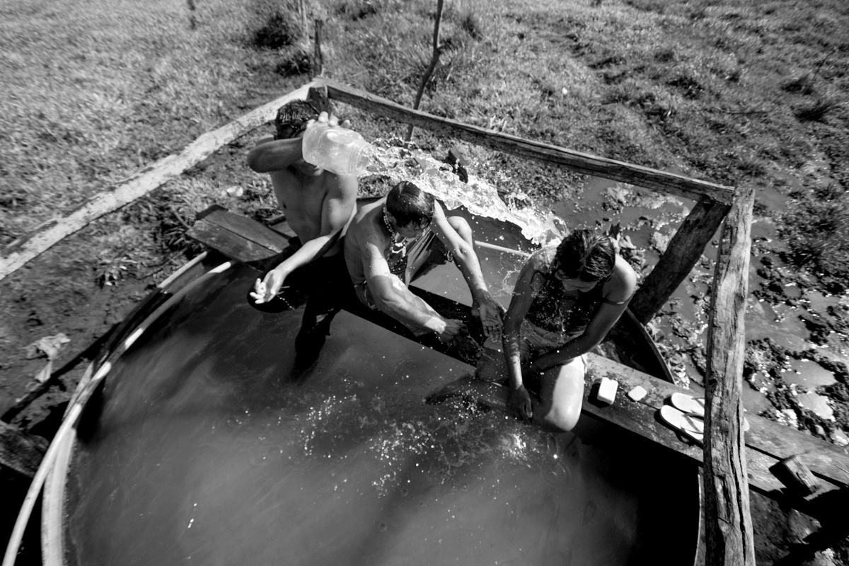As fontes de água para banho são escassas e os indígenas se u