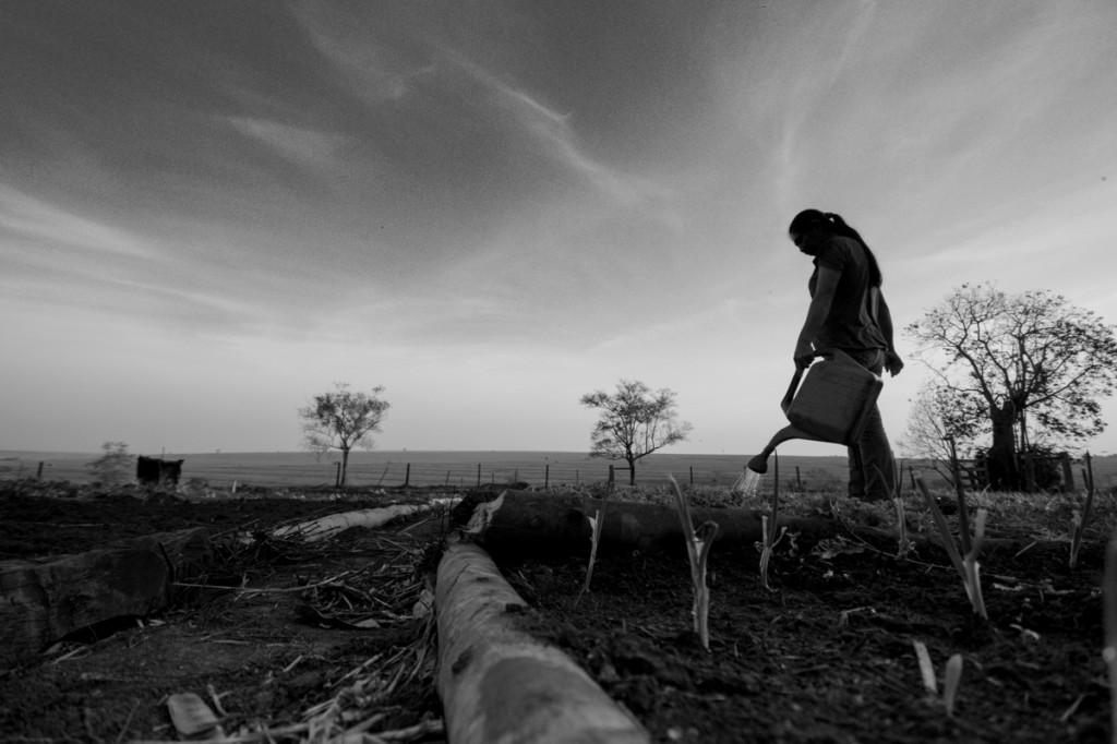 As famílias Guarani-Kaiowá esperam entrevista da Amazônia Real na reserva (Foto: Ana Mendes/Amazônia Real)