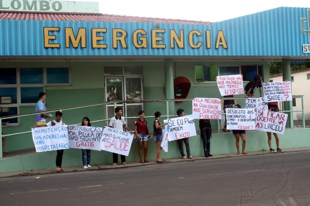 Cidadãos parintins protestam por saúde pública (Foto: Floriano Lins/Amazônia Real)