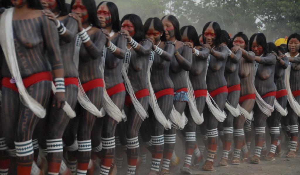 Indígenas dançam durante a festa da Feira Mebengokré (Kayapó) de Sementes Tradicionais, na Aldeia Moikarakô, em 2012.(Foto: Adriano Jerozolimski/Associação Floresta Protegida)