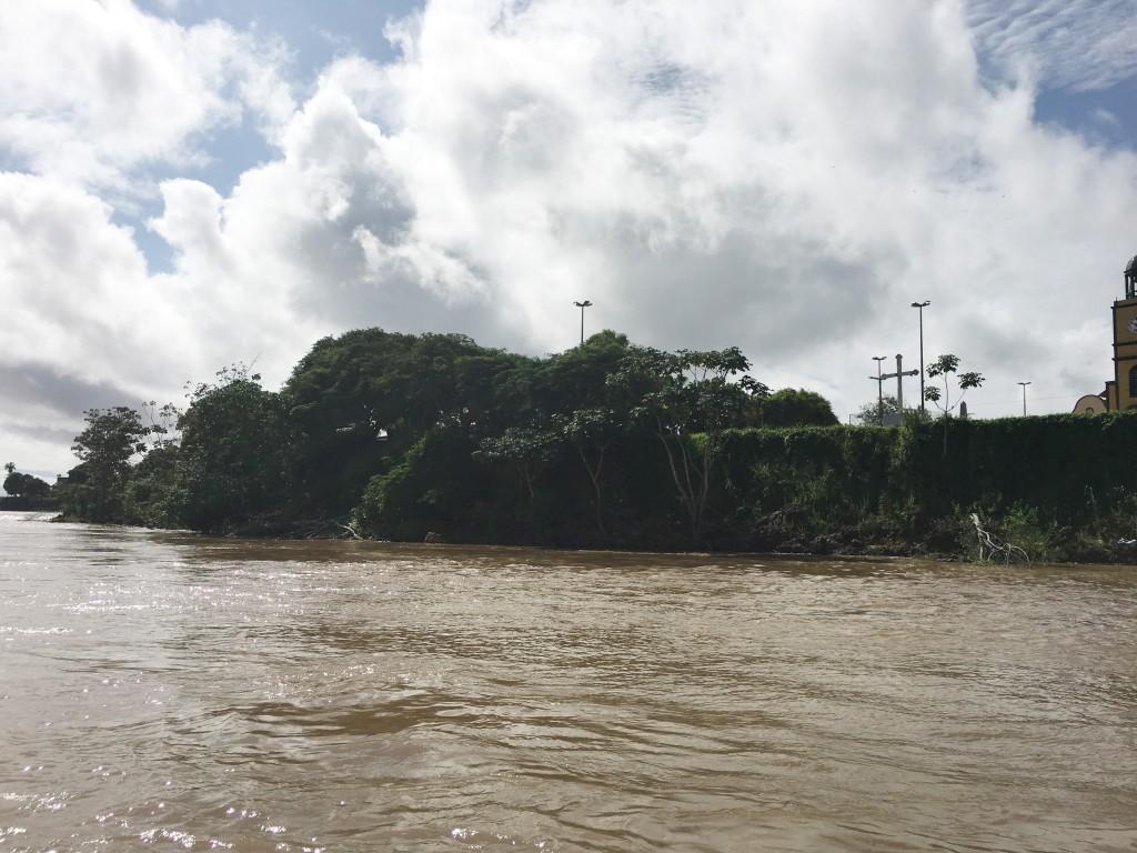 "Fenômeno de ""Terras caídas "" no Rio Amazonas (Foto: Marcelo Barrios)"