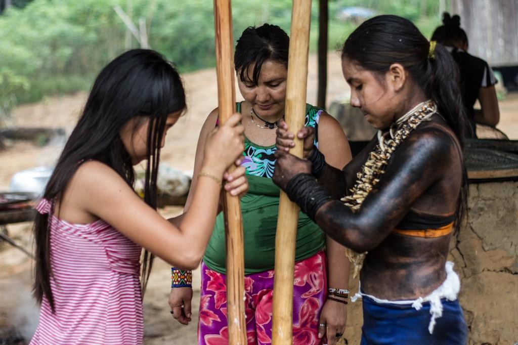 Poteí, Mandeí Juma e Tejuvi na aldeia em Canutama. (Foto: Gabriel Uchida/Amazônia Real)