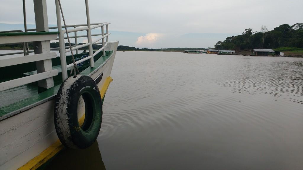 Barco navega pelas águas do rio Negro próximo ao Encontro das Águas (Foto: Fabio Pontes/Amazônia Real)