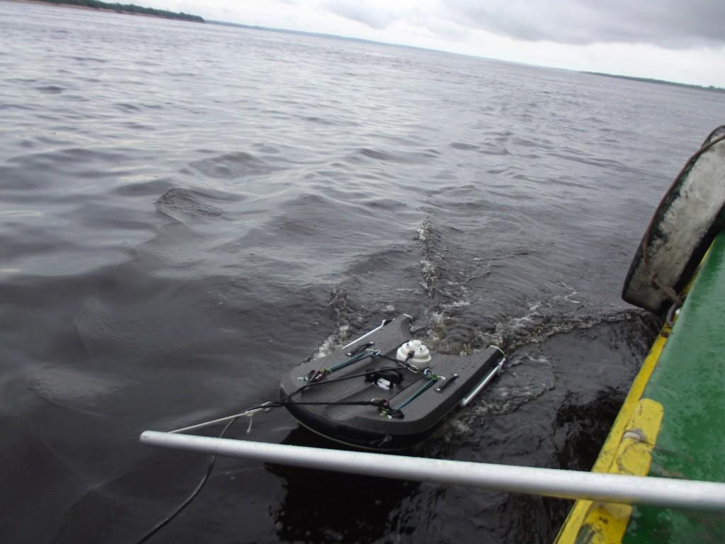 Em formato de prancha, o M9 carrega instrumentos que fazem a análise e a transmissão de dados dos rios (Foto: Fábio Pontes/Amazônia Real)