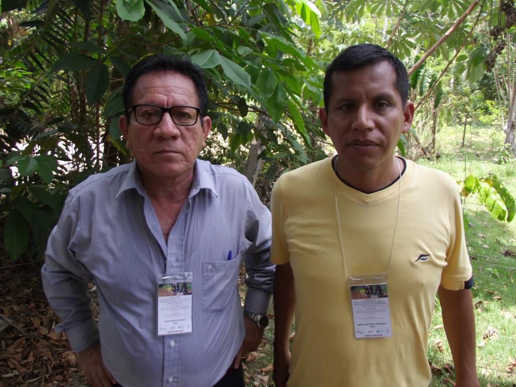 Os peruanos Marcos Paredes e Bienvenido Atoche trabalham na província de Maynas (Foto: Fábio pontes/Amazônia Real)