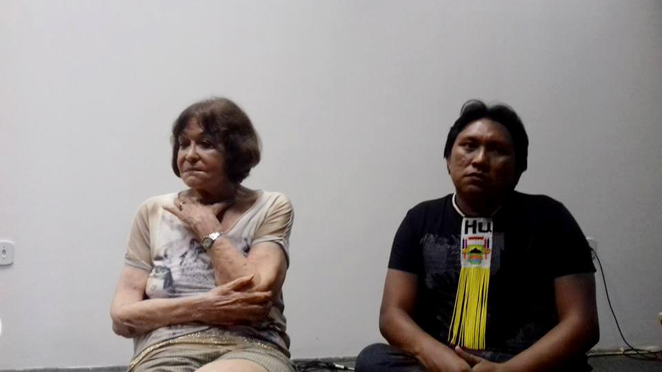 Claudia com Dario Yawarioma, filho de Davi Yanomami (Foto: reprodução do Facebook)