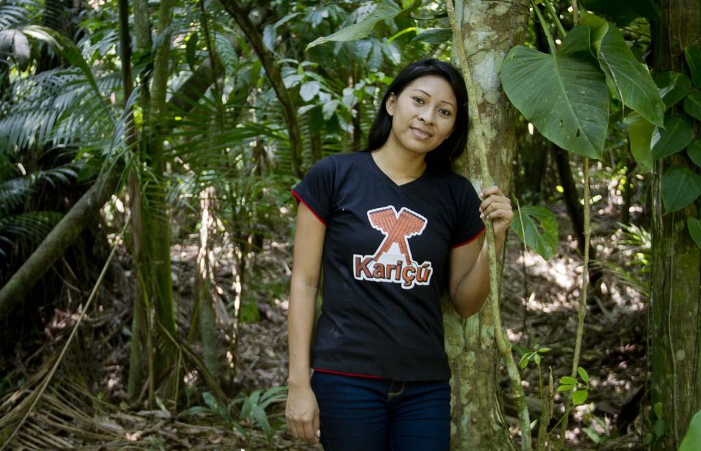 Suelen Menezes, da etnia Tukano, posa com camisa com símbolos de seu povo (Foto: Alberto César Araújo/Amazônia Real)