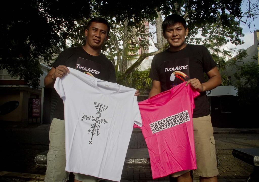 Ivan Barreto e Cloves Torres, da etnia Tukano, investem na produção de camisas (Foto: Alberto César Araújo/Amazônia Real)