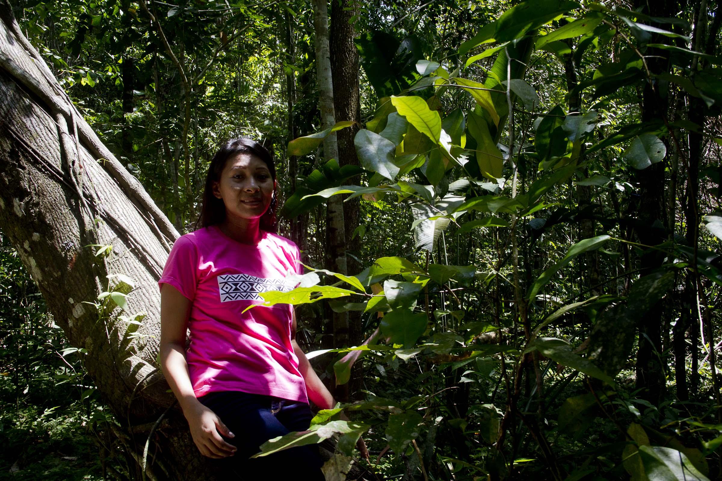 Vendas de camisas com desenho da etnia Tukano ajudam no estudo de indígenas