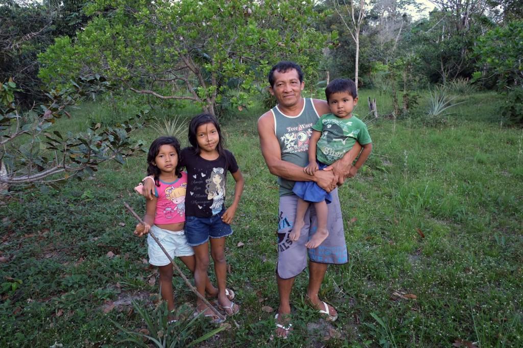 Elias Ferreira, produtor Sateré-Mawé, no meio de uma plantação, na aldeia Castanhal (Foto: Danilo Melo/FotoAmazonas)