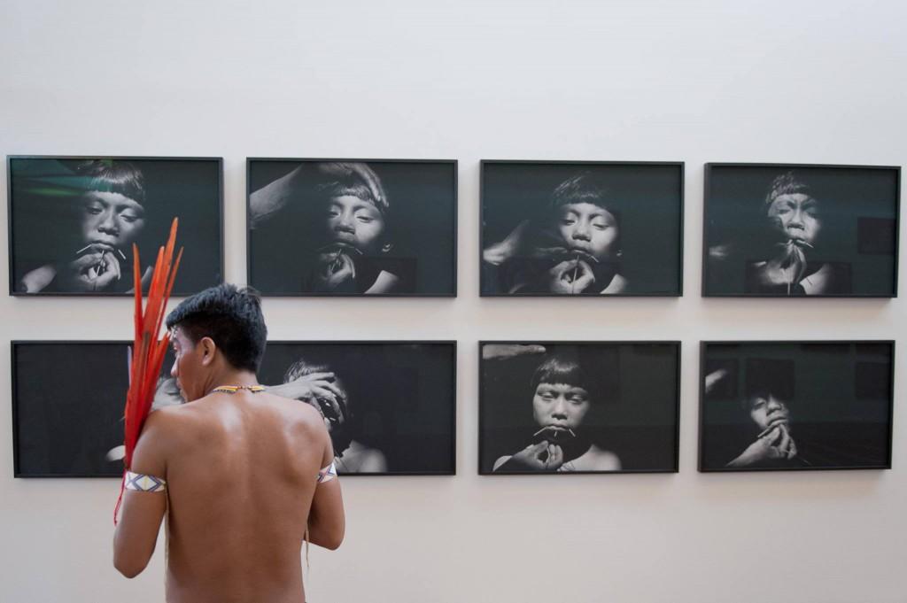 Yanomami visita galeria com fotografias de Cláudia Andujar (Foto: William Gomes/Instituto Inhotim)