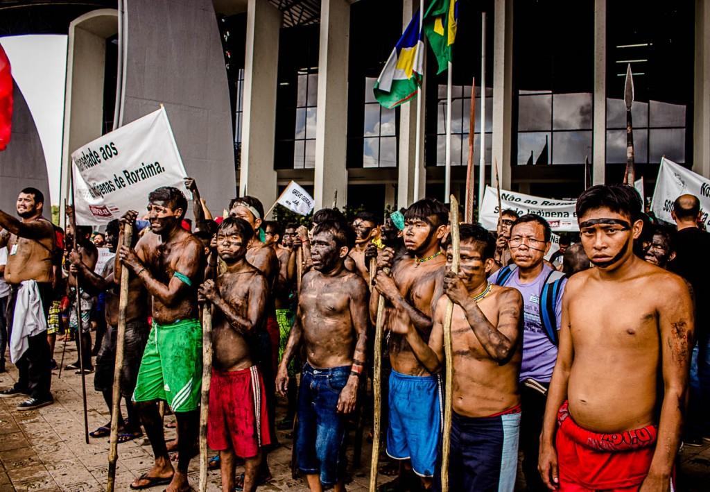 Índios protestam na frente da Assembleia Legislativa em Boa Vista (Foto: Yolanda Simone Mêne)
