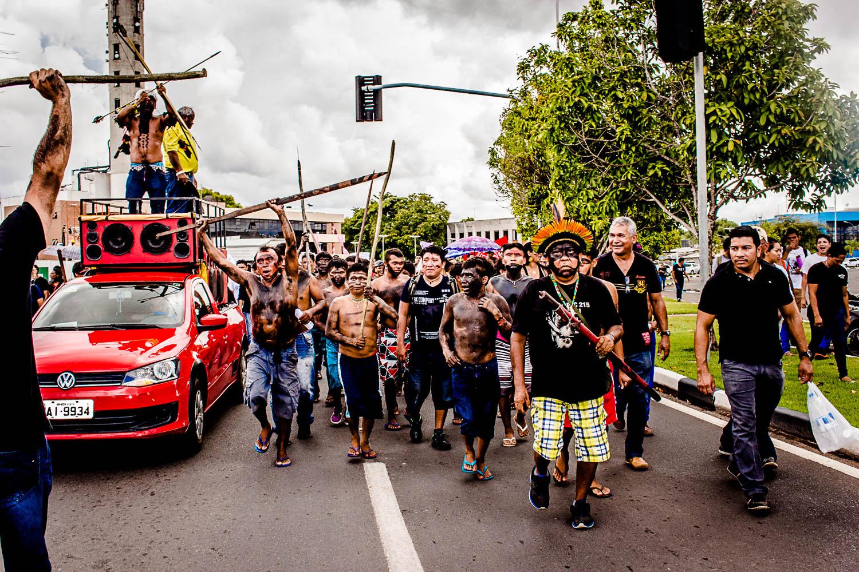 O líder David Yanomami participa do protesto nas ruas de Boa Vista, em Roraima. (Foto: Yolanda Simone Mêne)