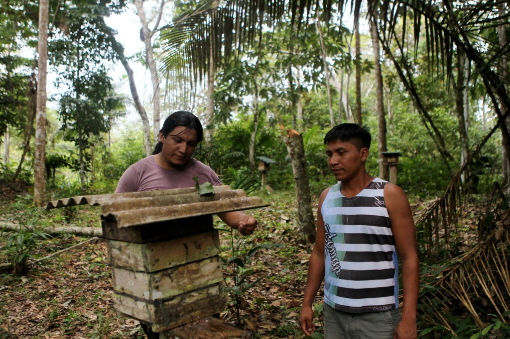 Sérgio Garcia, coordenador do Consórcio Guaraná, e Leôncio Batista, da aldeia Nova União (Foto: Danilo Mello/FotoAmazonas)