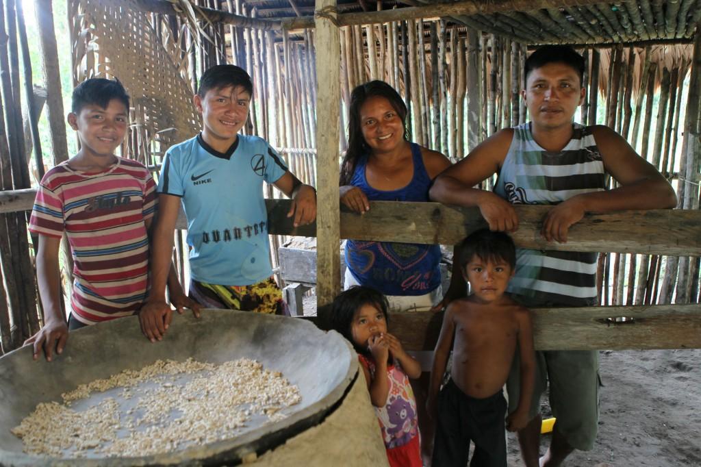 Leôncio Batista com a esposa, Rosane Maria da Silva e os filhos, na aldeia Nova União.