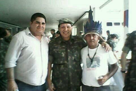 Paulo da Silva (sem cocar) faz campanha para o general Frank (Foto: Reprodução)