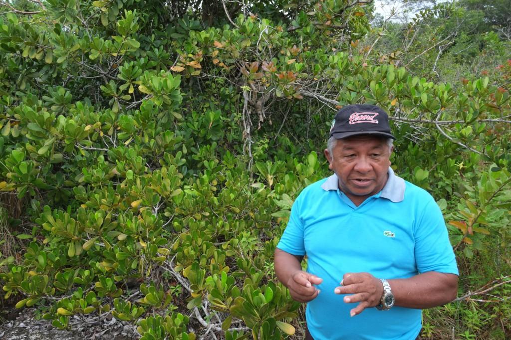 Tuxaua Amado Menezes Filho mostra área impactada por atividade de petróleo.
