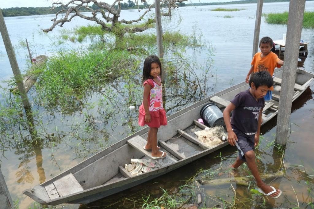 Crianças Sateré-Mawé da aldeia Ponta Alegre.