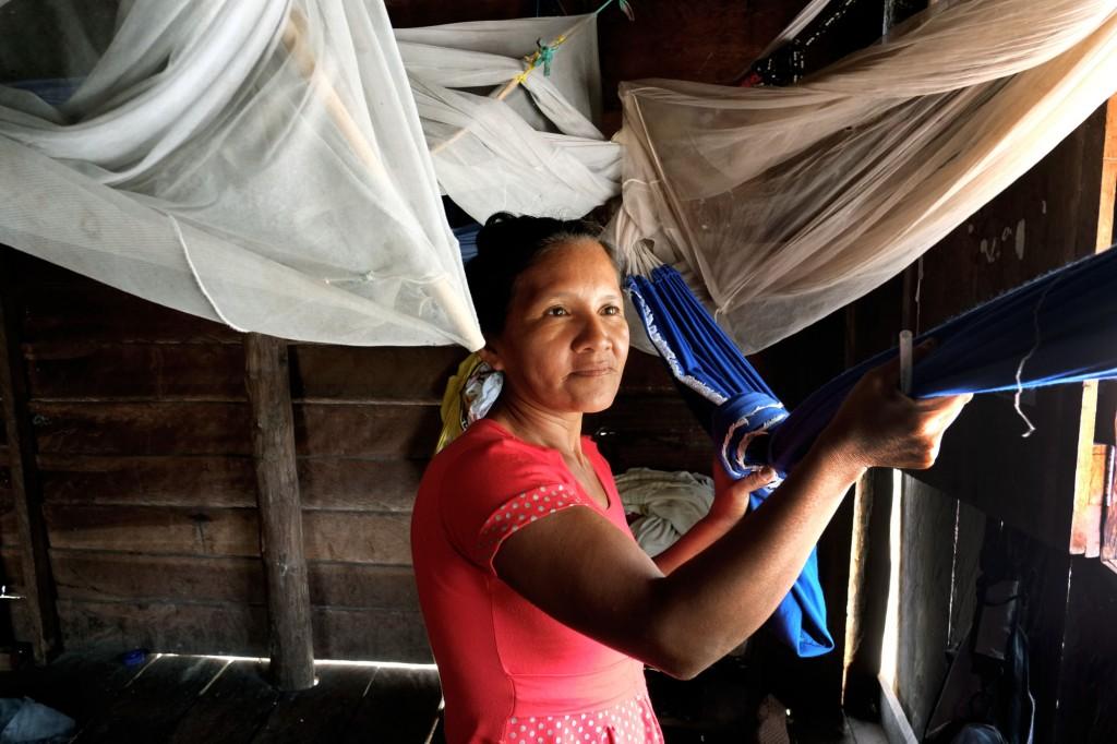 Mulher Sateré-Mawé da aldeia Ponta Alegre (Foto: Danilo Mello/FotoAmazonas)