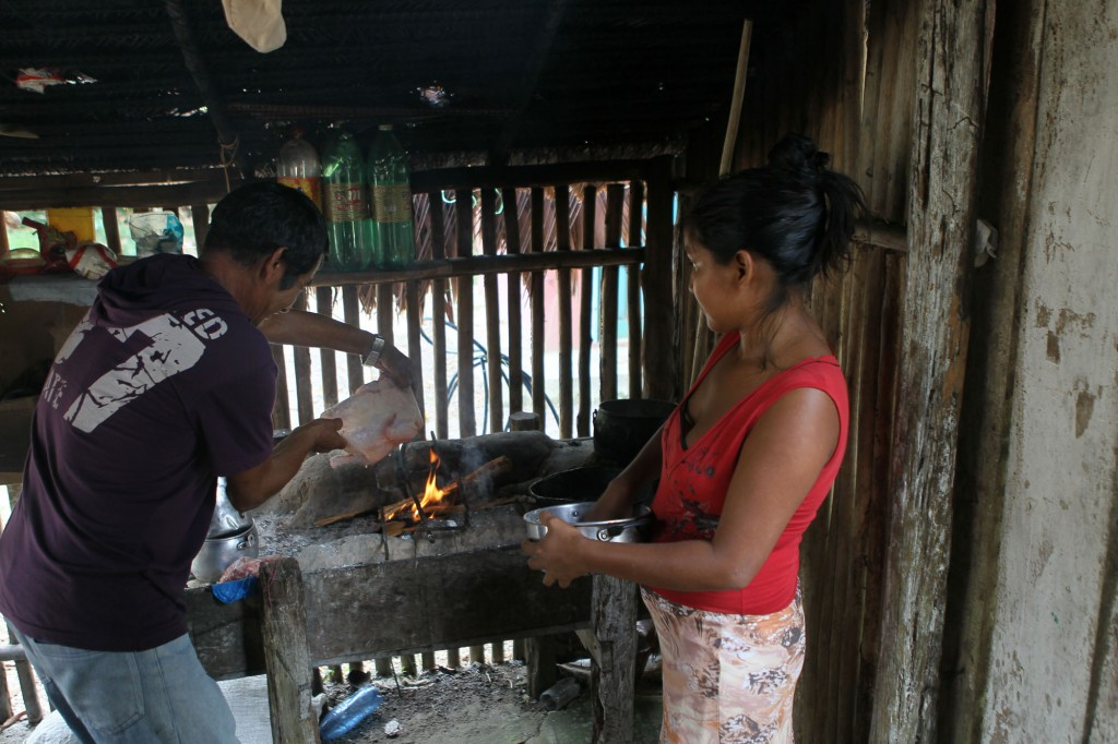 Casal prepara comida no fogão de barro (Foto: Danilo Melo/FotoAmazonas)