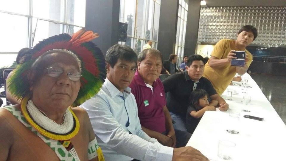 Sebastião Manchineri (de blusa branca) com lideranças indígenas na sede da Sesai, em Brasília (Foto Marcos Apurinã)