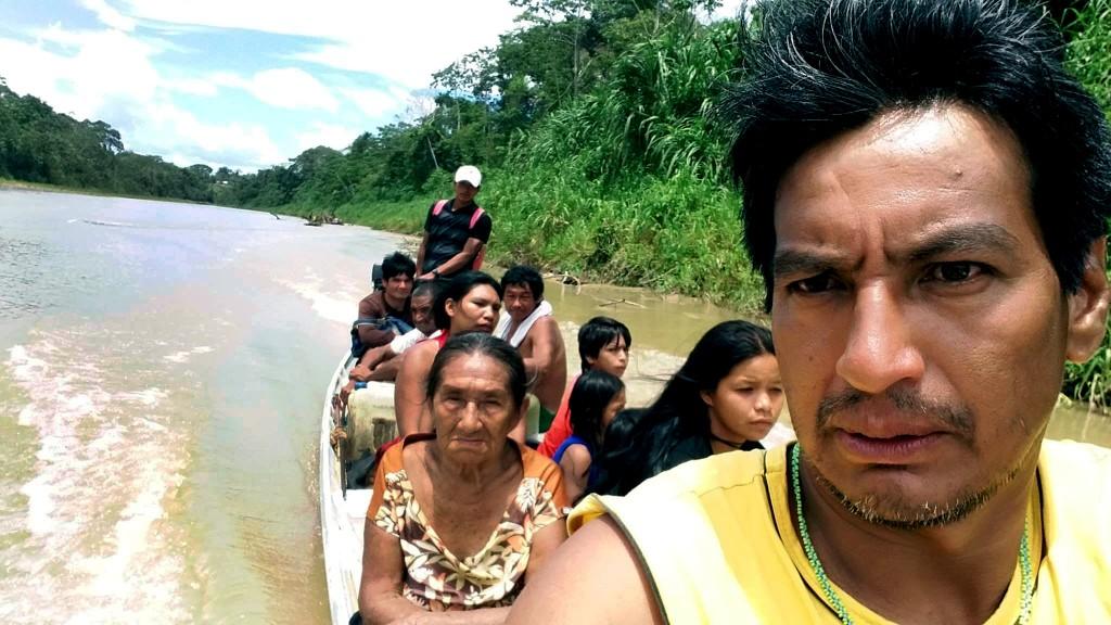Sebastião Manchineri com toda a família viajando pelo rio no Acre (Foto arquivo pessoal)