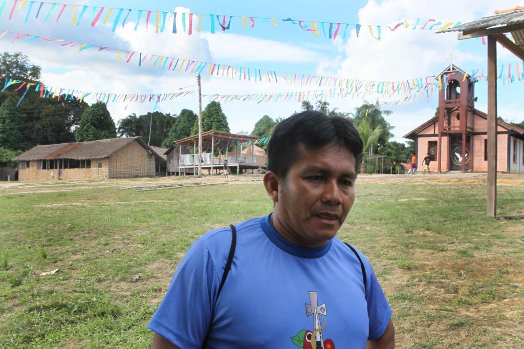 Professor Adalto Ferreira Garcia relata sobre problemas sociais das comunidades (Foto: Danilo Melo/FotoAmazonas)