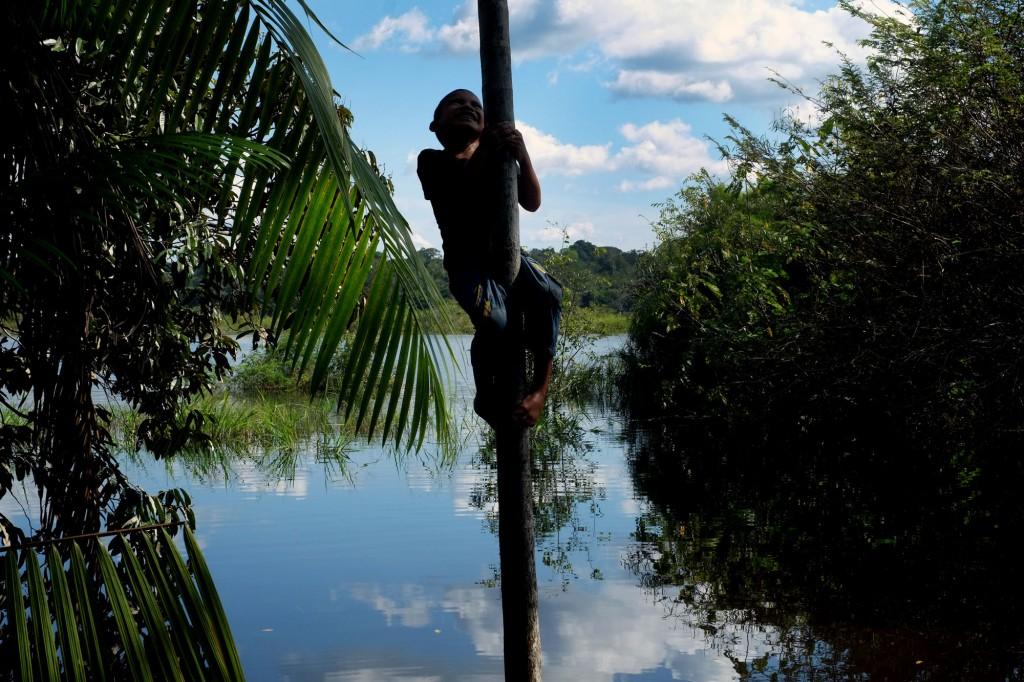 Menino sateré-mawé brinca na aldeia Simão (Foto: Danilo Melo/FotoAmazonas)