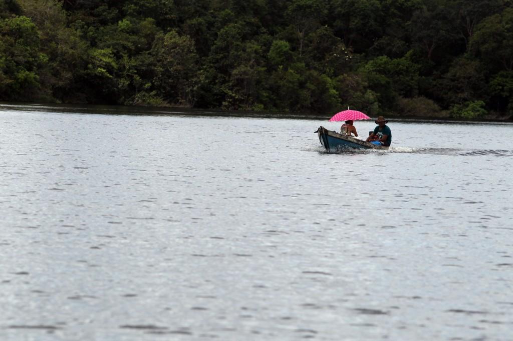 Casal viaja de rabeta no rio Andirá (Foto: Danilo Melo/Foto Amazonas)