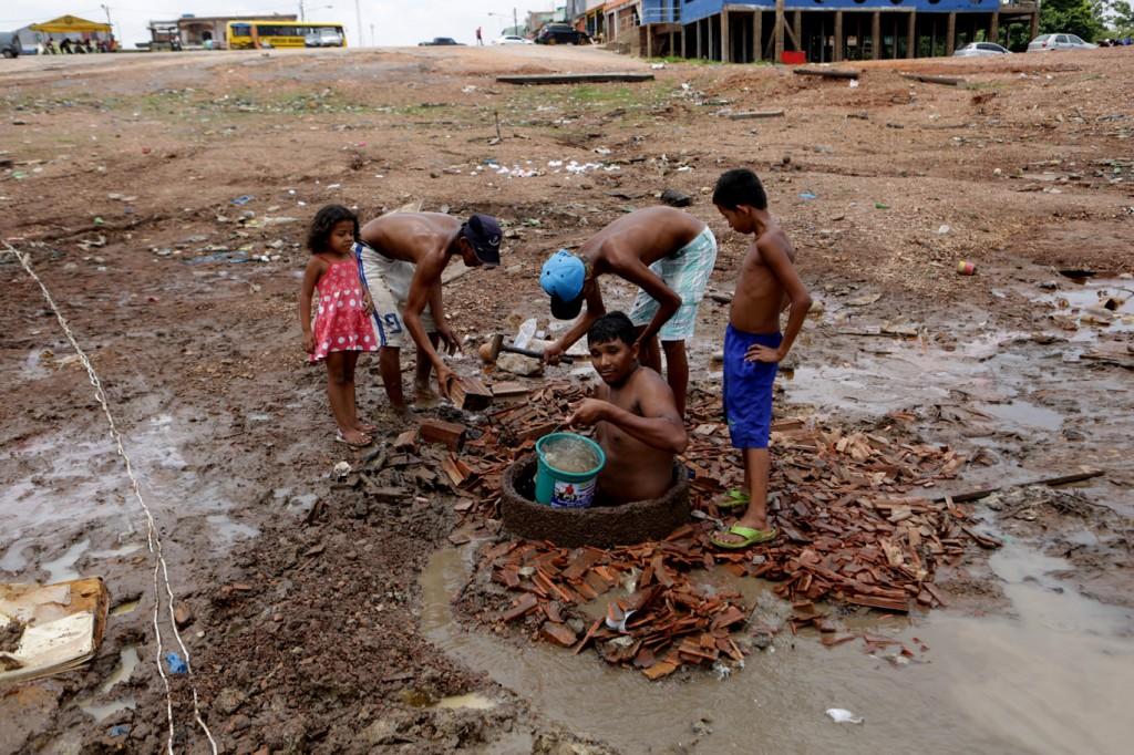 Homem cava poço atrás de água em Cacau Pirêra, em Iranduba (Foto: Joel Rosa/Amazônia Real/2015)