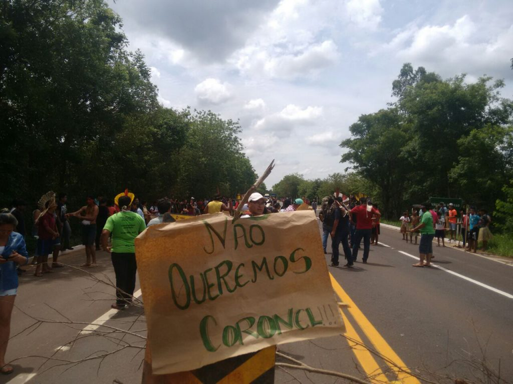 Indígenas contrários ao coronel protestaram na rodovia (Foto: Hekeré Terenoe)