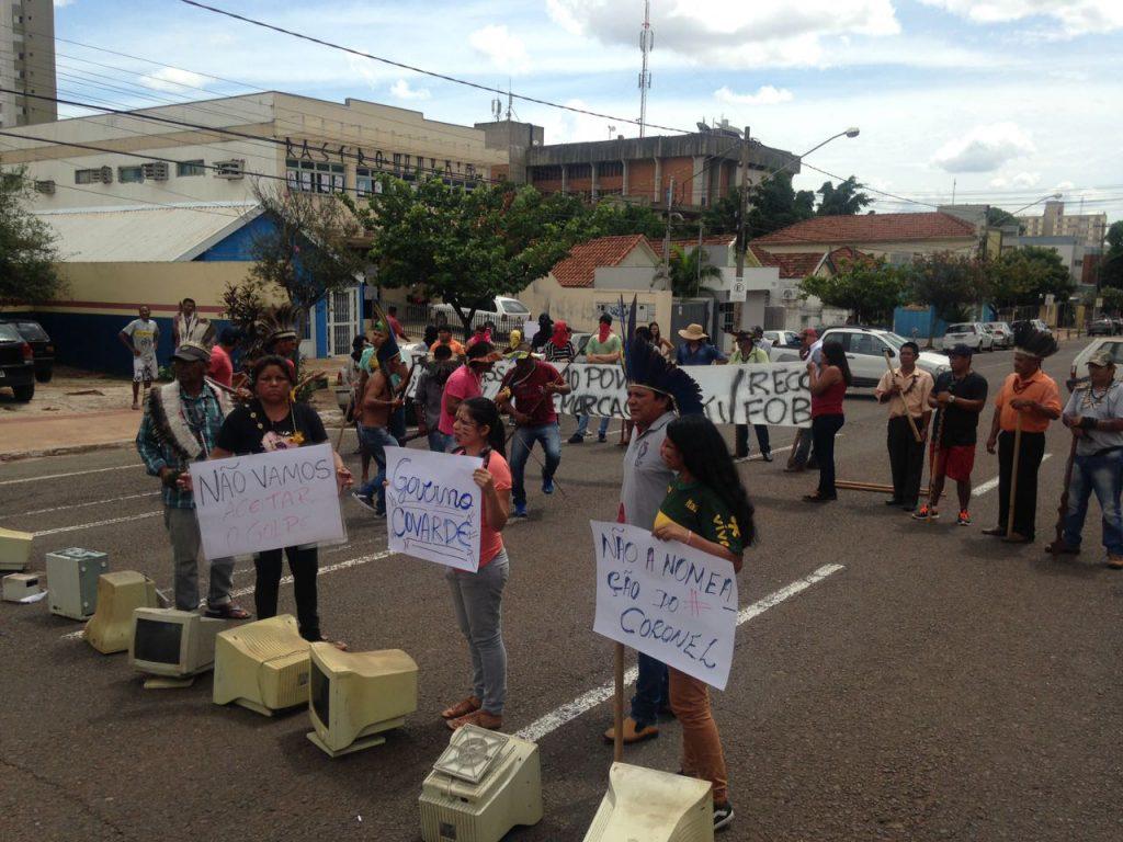Indígenas contrários ao coronel protestaram na rodovia (Foto: Hekere Terenoes)