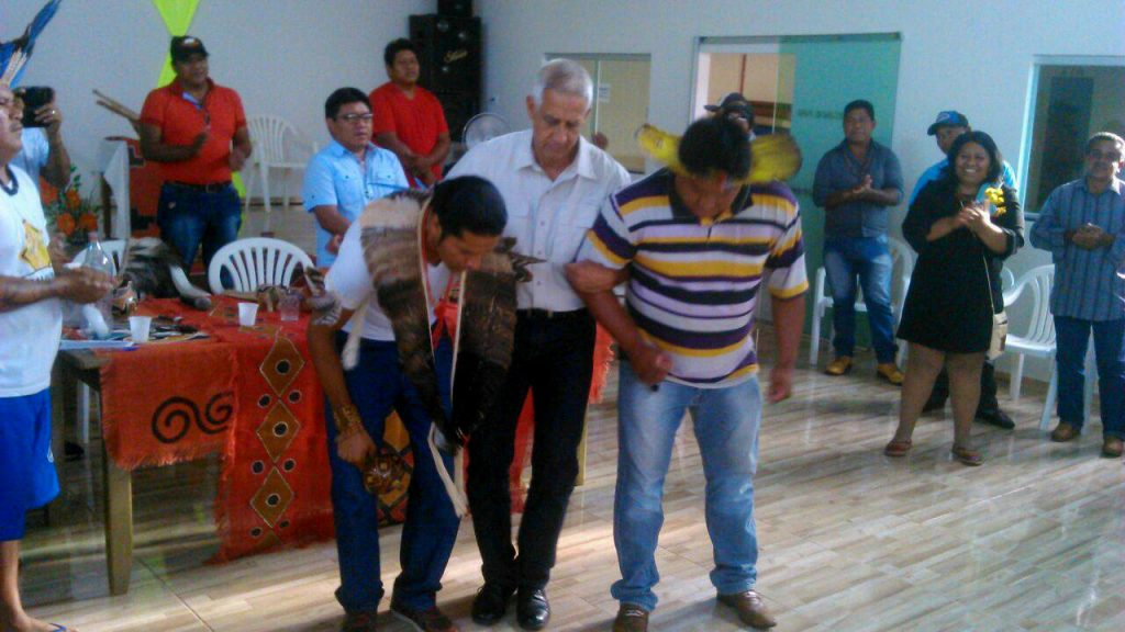 Coronel dança com índios do Fórum dos Caciques (Foto: Fórum dos Caciques/Facebook)