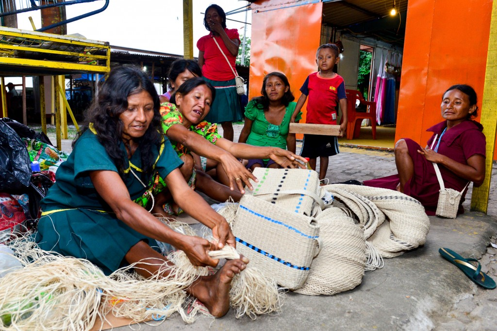 As mulheres Warao são exímias artesãs (Foto: Marcelo Mora/Amazônia Real)