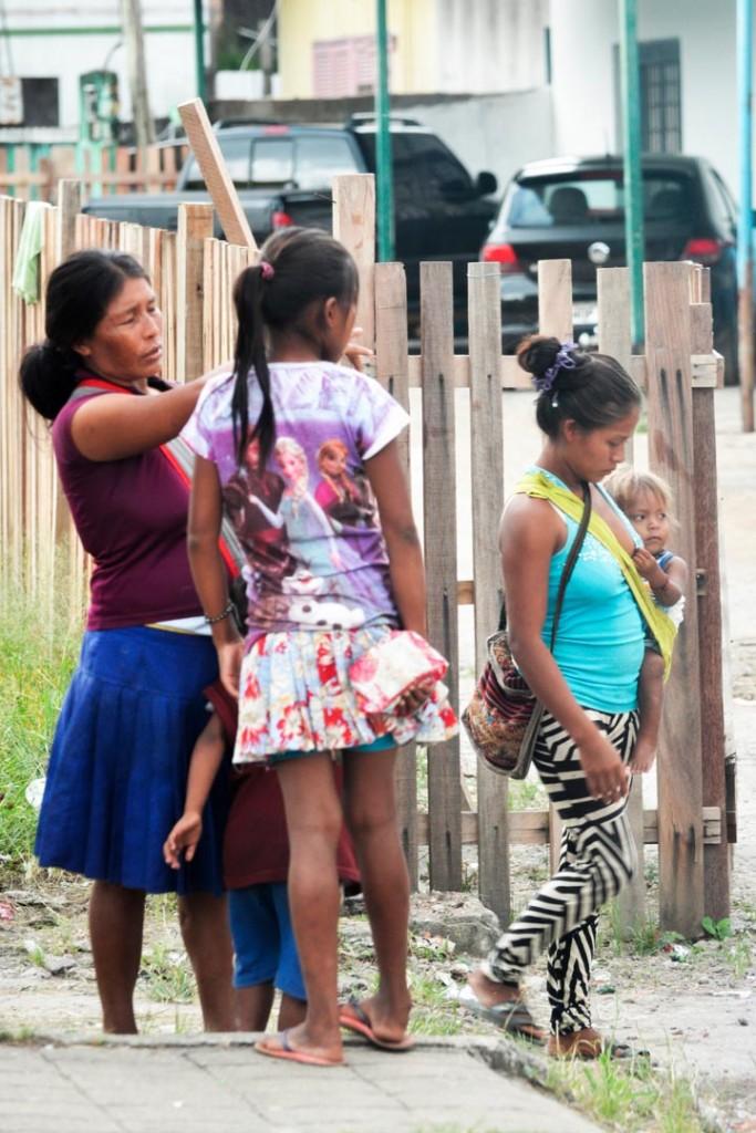 Mulheres indígenas Warao migram com filhos pequenos (Foto: Marcelo Mora/Amazônia Real)