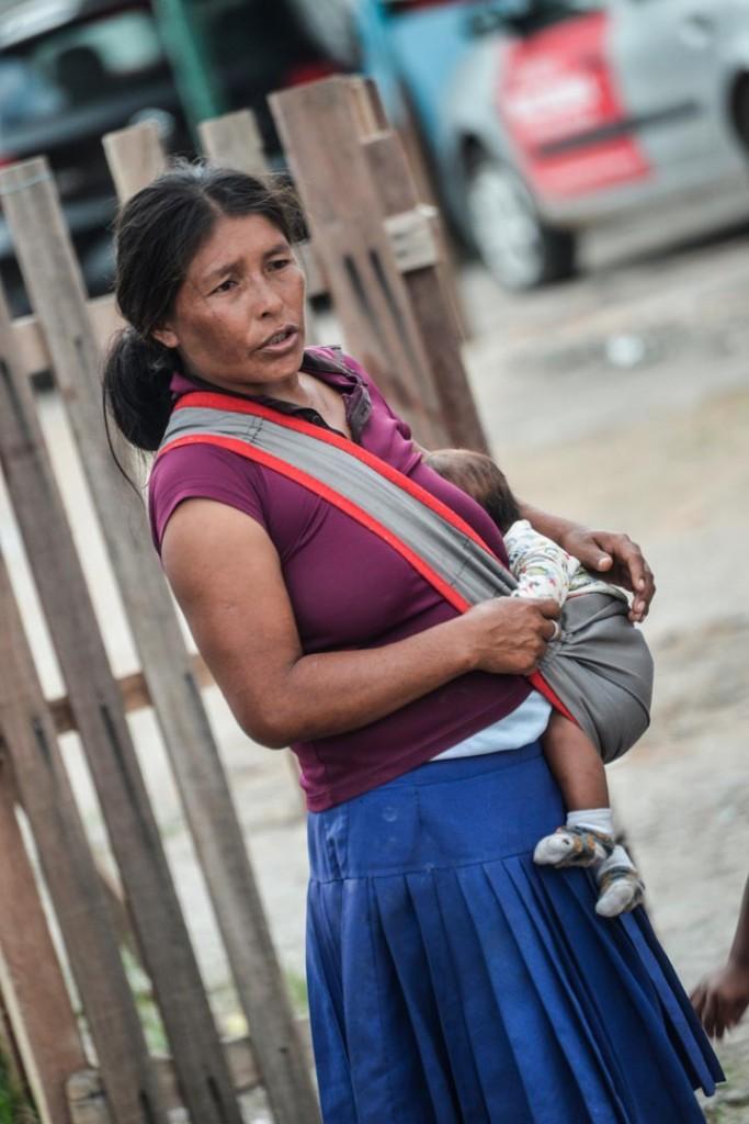 As mulheres Warao migram com seus filhos no colo (Foto: Marcelo Mora/Amazônia Real)