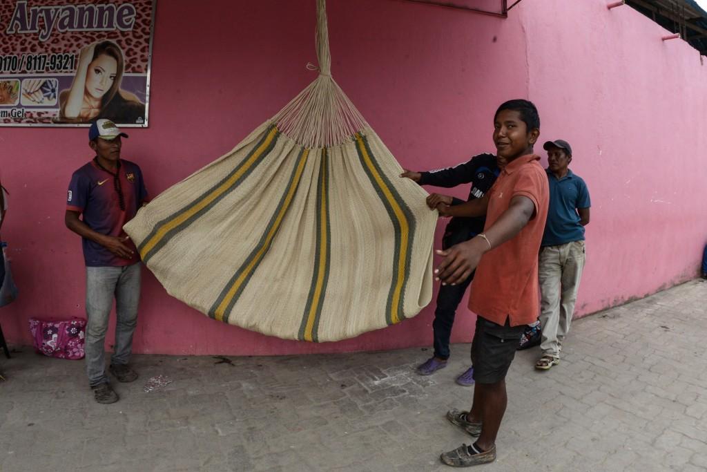 Os homens Warao vendem redes artesanais (Foto: Marcela Mora/Amazônia Real)