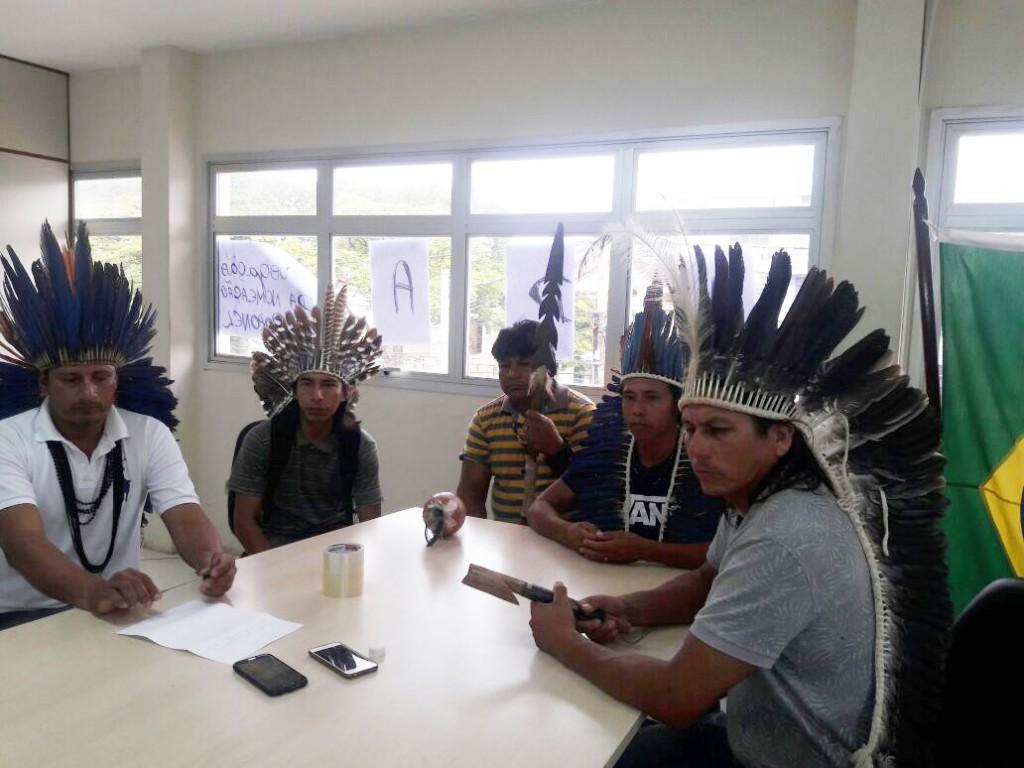 Indígenas ocupam a Coordenação da Funai até que a nomeação do coronel seja revogada (Foto: Hekere Terenoe)
