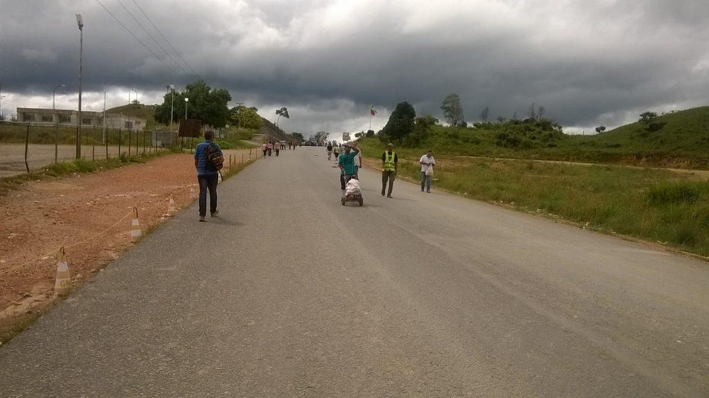 "Na rodovia o carregador ""caletero"" leva mantimentos na fronteira (Foto: Cora Gonzalo/Amazônia Real)"
