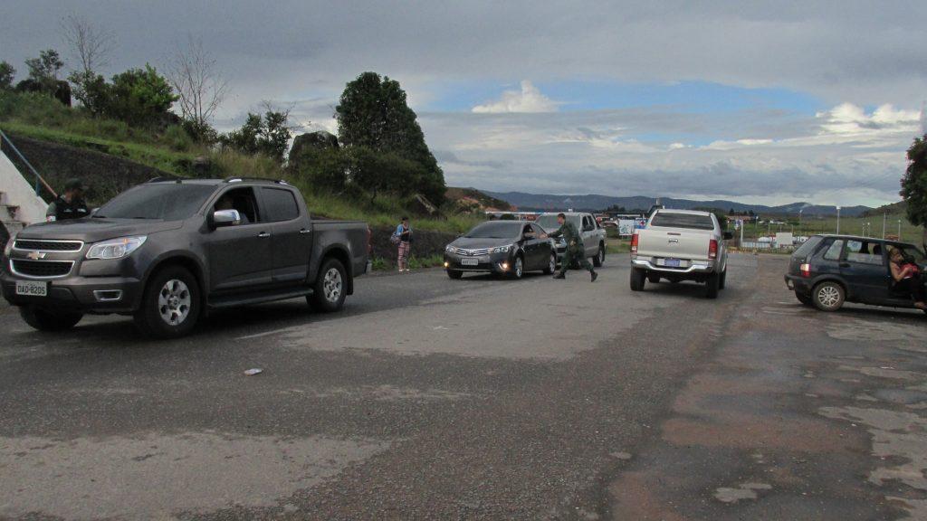 Veículos de turistas brasileiros ficam retidos na Venezuelana (Foto: Cora Gonzalo/Amazônia Real)
