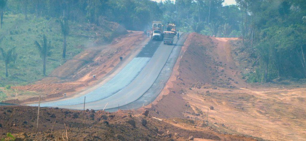 A rodovia BR 156 no Amapá sob fumaça de queimadas (Foto: Hervé Théry - USP)