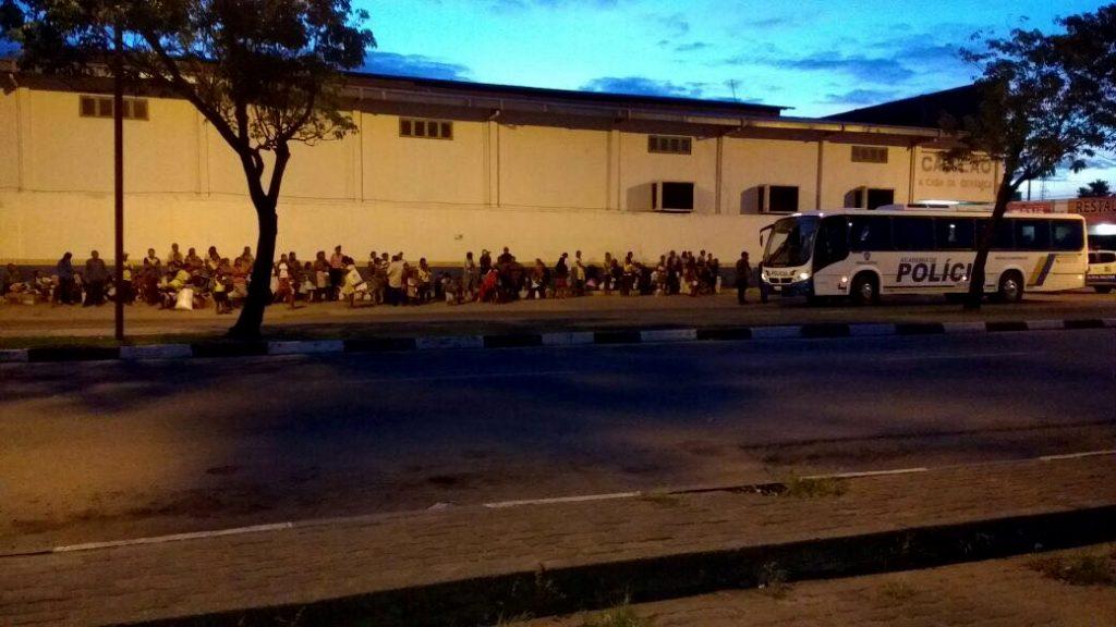Indígenas Warao detidos na madrugada do dia 9 de dezembro de 2016: a espera da deportação (Foto: Divulgação PM/Folha de Boa Vista)
