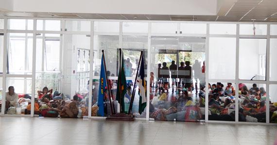 Indígenas Warao acomodamos no chão da sede da PF(Foto: Divulgação/Folha de Boa Vista/Wenderson de Jesus)