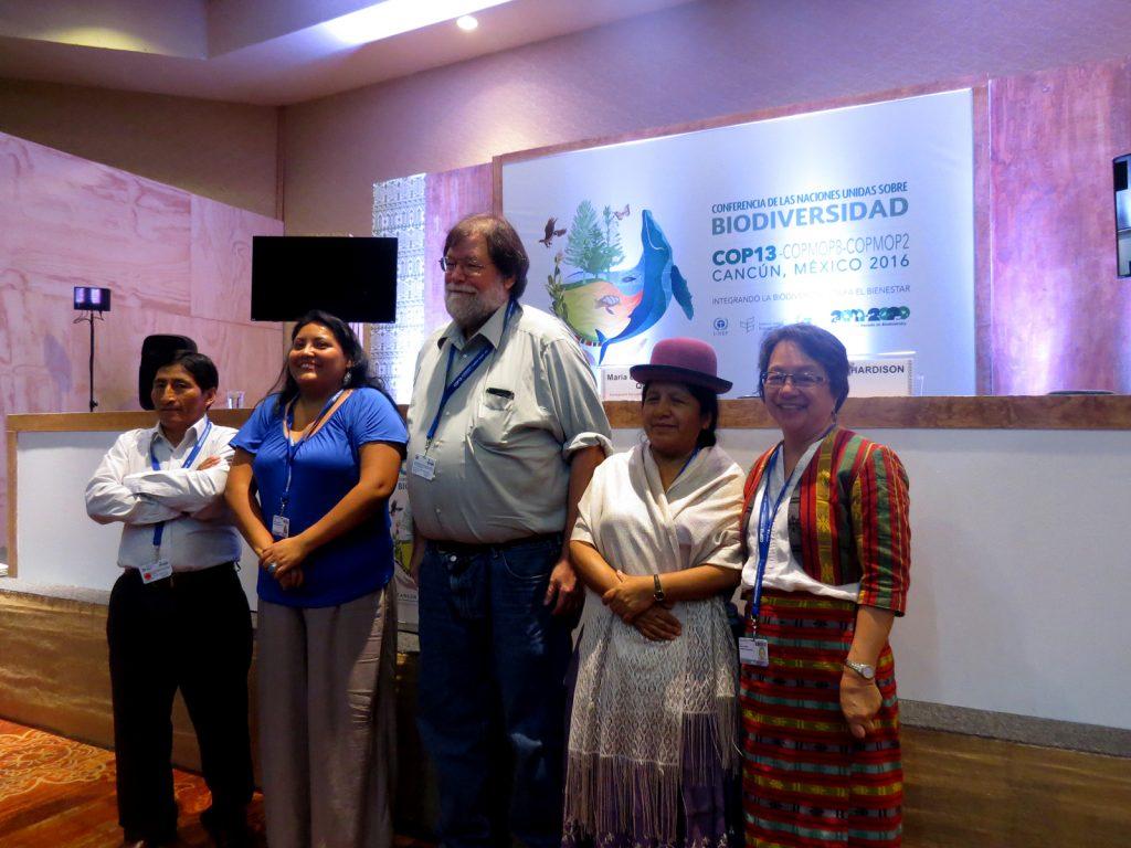 A relatora especial das Nações Unidas sobre os direitos dos povos indígenas, Victoria Tauli-Corpuz, com lideranças na COP13 (Elaíze Farias/Amazônia Real)