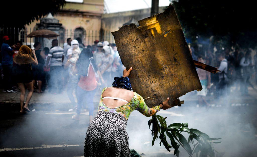 Familiares fazem protesto em busca de informações dos parentes presos em Manaus (Foto: Christian Braga/Jornalistas Livres)