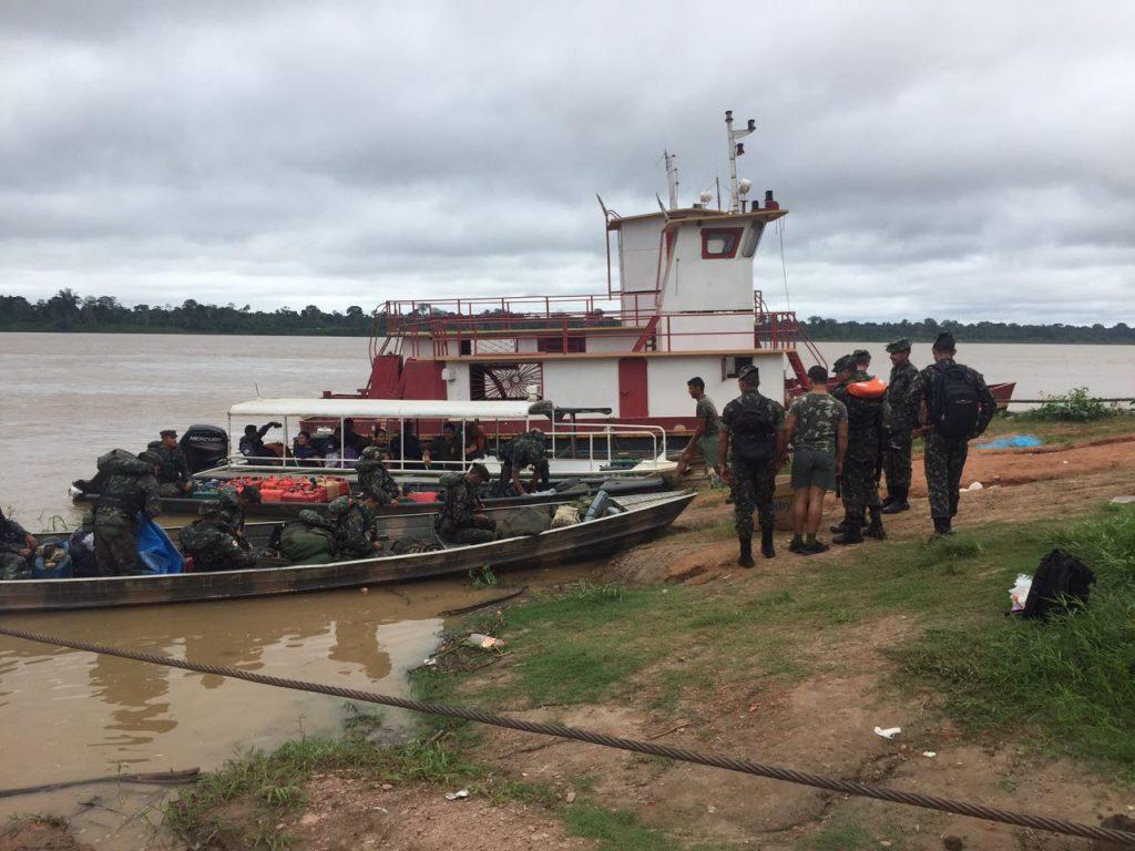 Operação conjunta das polícias Civil, Militar, homens do Exército e da Funai no rio Marmelos (Foto: 4°.BPM/Humaitá)