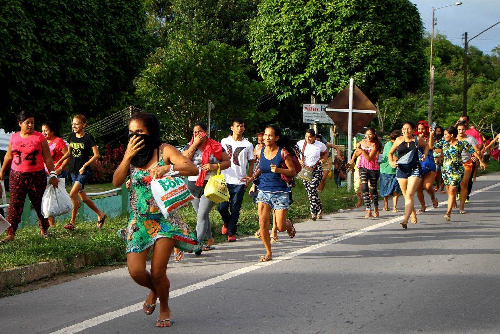 Familiares dos 56 mortos  correm de tiros da Polícia Militar no  Complexo Penitenciário Anísio Jobim(Compaj), em Manaus (Foto: Edmar Barros/Futura Press/Estadão Conteúdo)